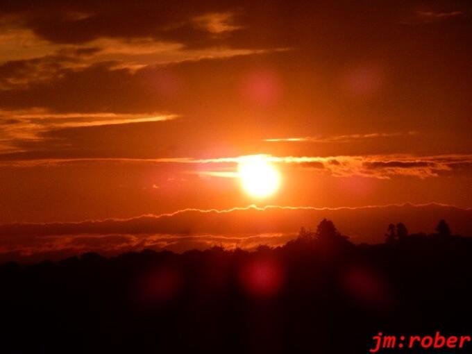 Un beau coucher de soleil après la pluie