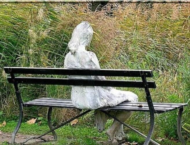 Arioul---Femme-assise-dans-le-parc-de-la-fondation-Giannada.jpg