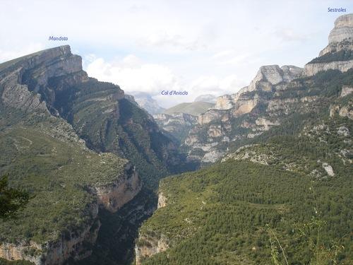 Le canyon d'Anisclo, vu depuis le mirador des Cruces, sur la route de Vio