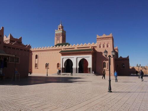 Belle mosquée située sur l'avenue principale