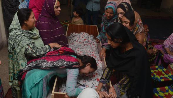 Des familles de victimes rassemblées pour une veille funéraire après l'attentat-suicide qui a tué au moins 72 personnes, dont 29 enfants à Lahore. PHOTO AFP  AFP