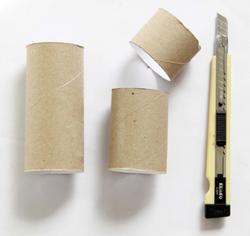 Trousse avec des rouleaux de papier toilette