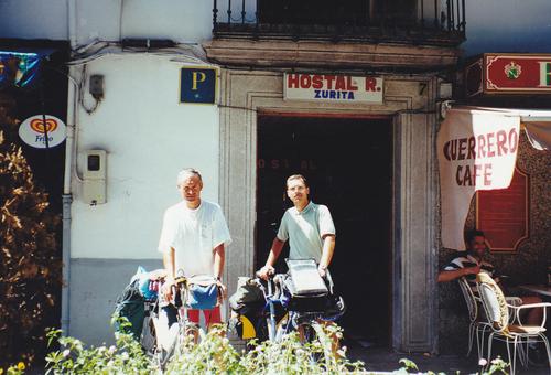 Dimanche, 18 juin 2000. Un chapiteau, au centre de la plaza Bibarrambla ; l'Andalousie, ce soir, nous fait la fête … ¡ Arriba Granada !1