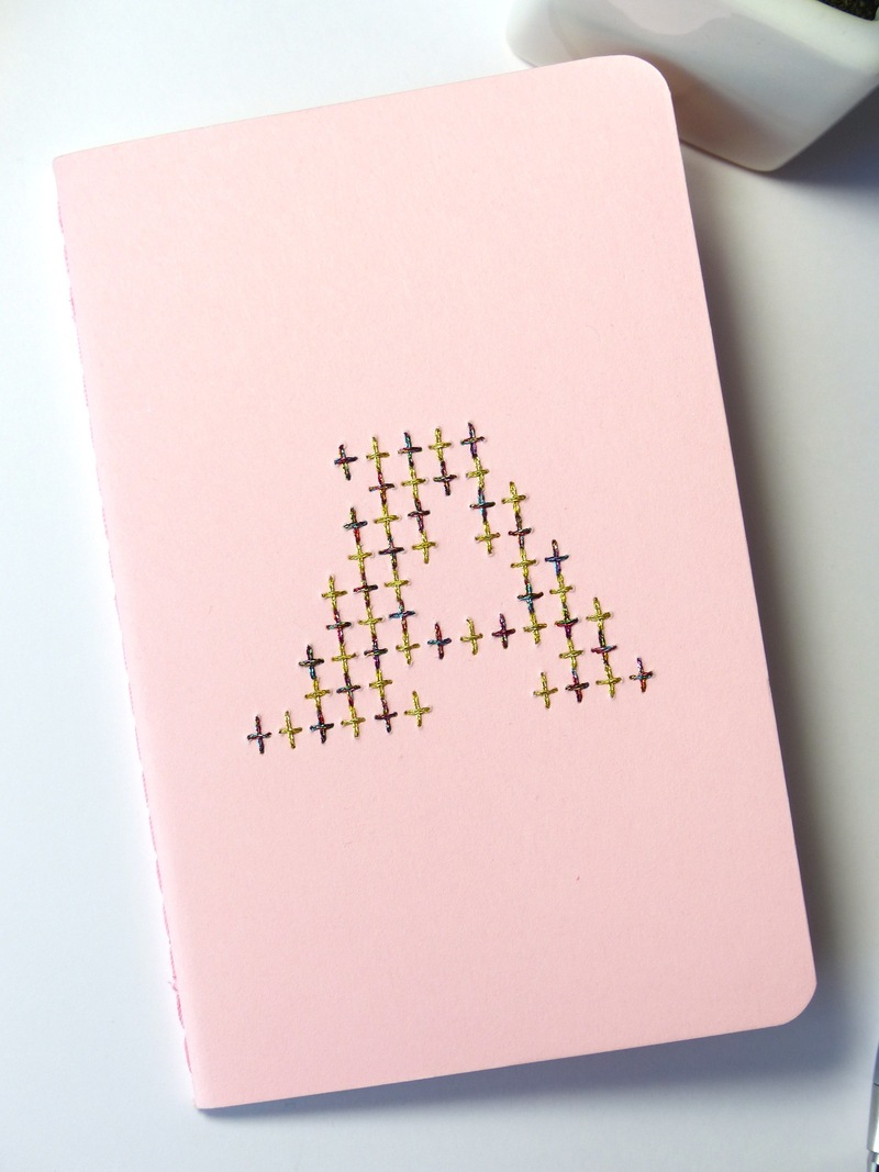Carnet à monogramme personnalisé brodé main rouge irisé et or-Hand embroidered notebook with iridescent red and gold custom monogram
