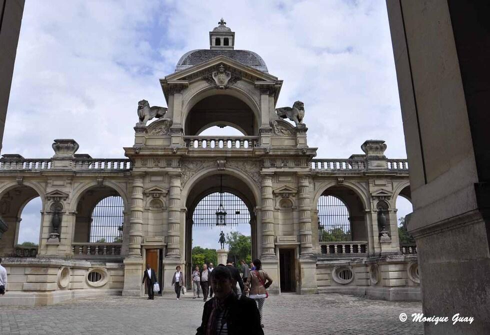 Regards sur la cour intérieure du château de Chantilly
