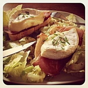 Salade de camembert chaud sur jambon Sérano et coeur de laitue