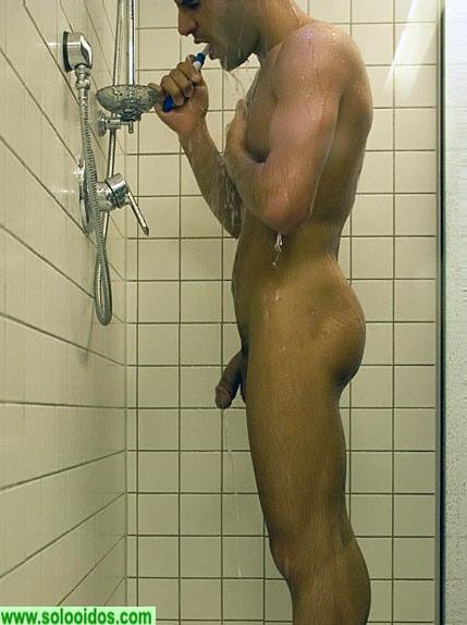 Un jeune bien membr sous la douche - Video gay