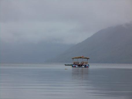 lac del caburgua et sa vue panoramique sur les mont... nuages!