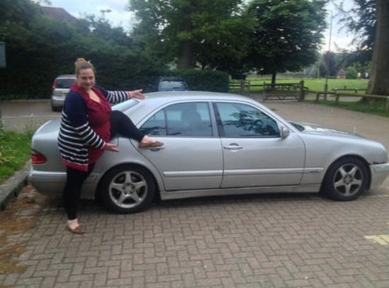 Cette femme prend la pose pour vendre la voiture de son couple sur eBay