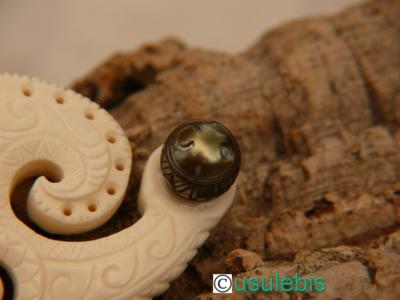 Blog de usulebis : Usulebis ,Artisan créateur de bijoux polynésiens , contact : usulebis@hotmail.fr, Pendentif Vague N°2 serti d'une perle de Tahiti gravée