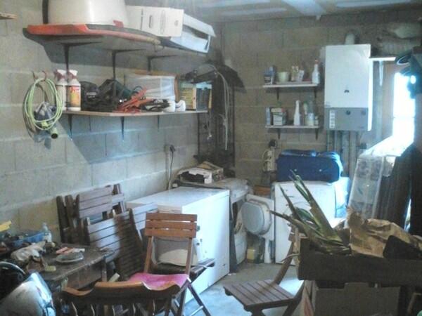 Garage, au fond le coin machine que j'aimerais transformer en buanderie!! En haut les décors des fêtes a inventorier.