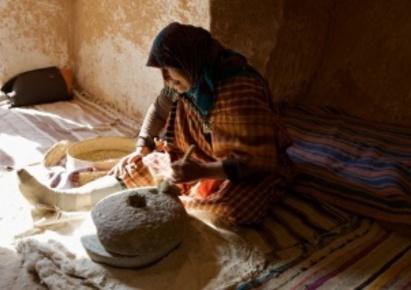 Une femme Berbère à Matmata  dans sa maison troglodyte