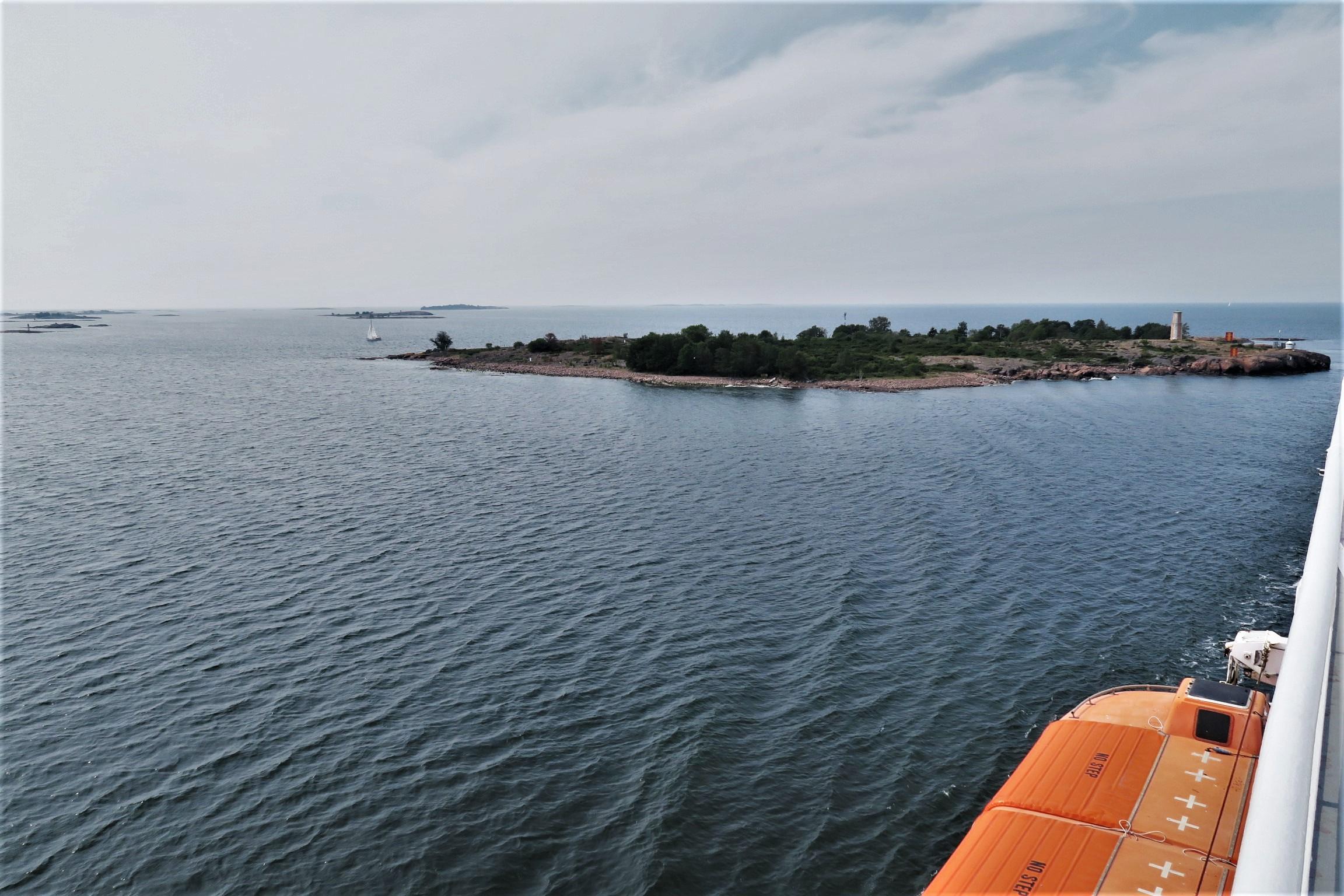 Le ferry slalome entre les cailloux disséminés dans la Baltique
