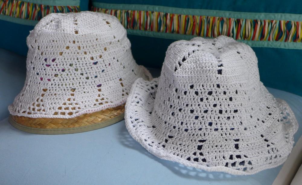 Deux chapeaux blancs au crochet...
