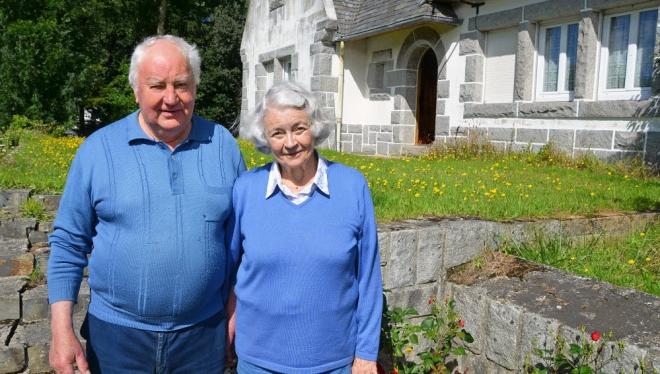 Robert et Anne Prigent devant la maison qu'ils ne veulent absolument pas...
