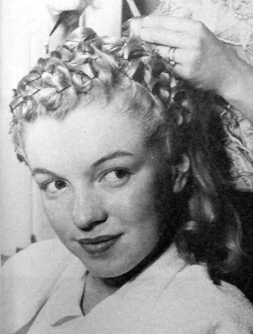 Dans les studios de la Fox,  Marilyn Monroe se fait coiffer et maquiller.