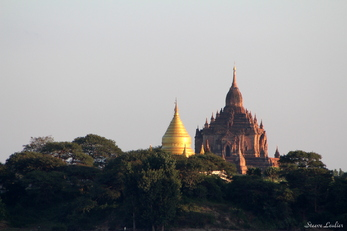 Temple de Bagan vu de l'Irrawaddy
