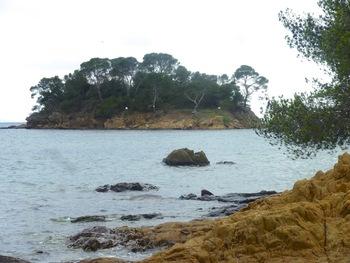 Depuis l'extrémité Ouest de la plage, l'îlot de Léoube