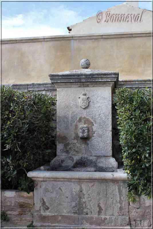 Fontaine de la Place de la Mairie Ménerbes Vaucluse