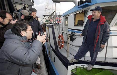 Yvon Caroff commente sa découverte face à la demi-douzaine de journalistes venus l'interviewer à son retour de pêche, à Roscoff.