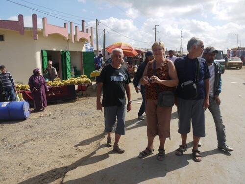 Trois touristes dans la foule