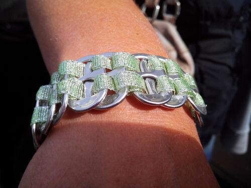 fête des mères : un bracelet avec des capsules de canette