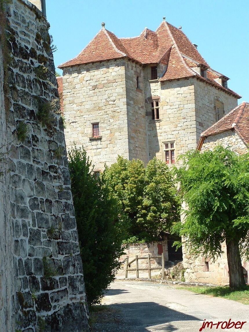 CUREMONTE , une escapade touristique dans un petit village médiéval du Limousin au surnom de «Perle du Limousin» classé parmi les plus beaux villages de France .