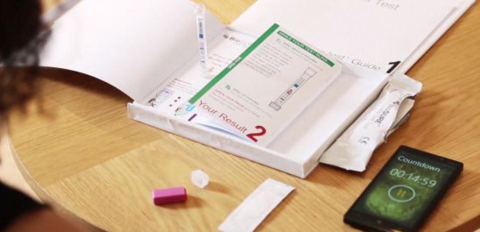 """En France où environ 6.200 personnes ont découvert leur séropositivité en 2013, ces autotests """"seront disponibles en pharmacie à partir du 1er juillet 2015"""". © capture d'écran youtube"""
