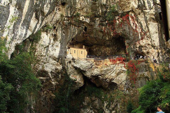 22 ter- Cathédrale Notre-Dame de Covadonga, Espagne.((22e de la série des 50 belles églises dans le monde)