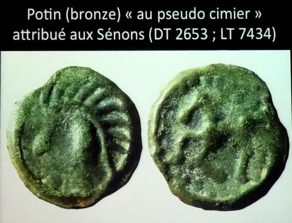 Laurent Popovitch a présenté les pièces de monnaie retrouvées au cours de fouilles archéologiques en forêt châtillonnaise