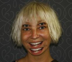 """➤ Lorsque la star Sia Furler révèle la personnalité multiple de son père et sa """"bipolarité"""" (2014)"""