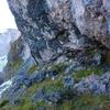 En longeant la base de la falaise de Caillavérisse, une grotte