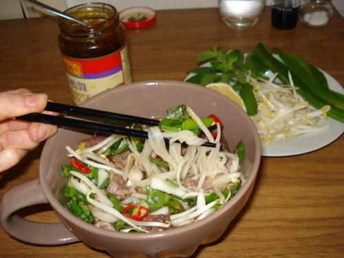 PHO BO - Soupe de nouilles de riz au boeuf, bouillon épicé & herbes fraîches