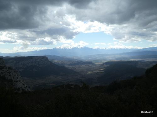 Les nuages assombrissent notre environnement, au loin le Canigou est au soleil.