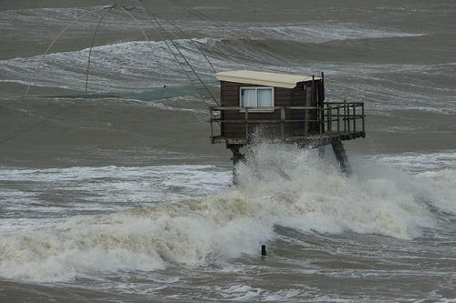 Les pêcheries résistent contre l'assaut du vent et des vagues.