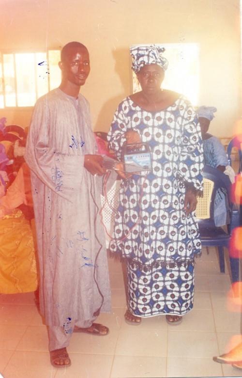 M Ndiaye (ARM) remettant à Mme Ndao (Président UCGF) un antenna wata da,s le cadre de la lutte contre le choléra