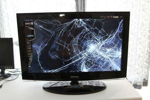 FIFA 14 : Enervé, un joueur frappe sa télé jusqu'à l'exploser