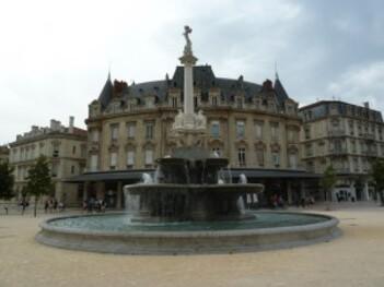 203-fontaine sur la place de la république à valence