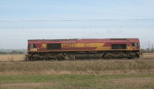 Locomotive anglaise,diesel Class 66 bordeau/ jaune et class 77 grise