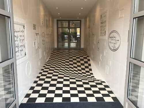 L'anamorphose pour faire ralentir les clients dans les couloirs