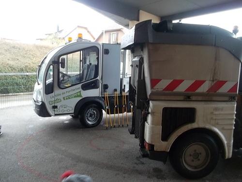 Des véhicules de propreté dans la cour