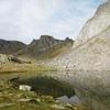 En longeant la rive droite du lac Castérau (1943 m)