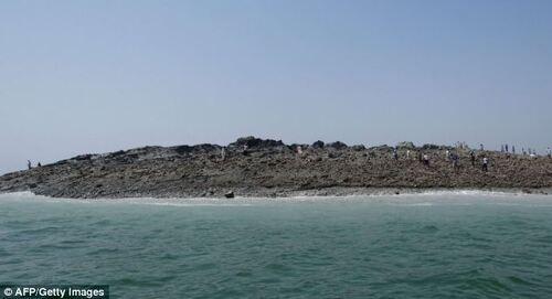 Une nouvelle île apparue à Pakistan après un seisme - photos de la Nasa