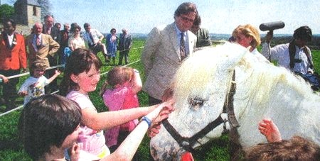 Sommière - Le Prince Laurent reçu chez les enfants de la Ferme du Bonheur.