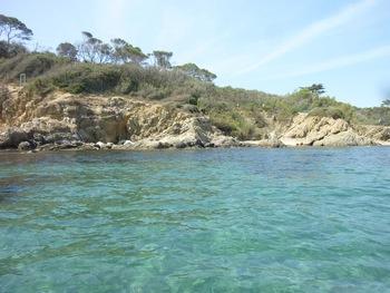 Sur le sable, l'eau reprend une belle teinte turquoise
