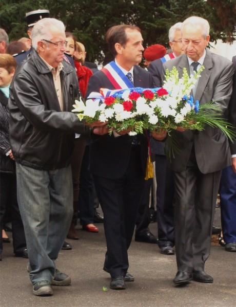 A  Béziers le 1er Novembre 2015 le maire Robert Ménard va s'incliner devant la stèle de la honte  Pendant ce temps des Républicains reçoivent des lettres de mort…