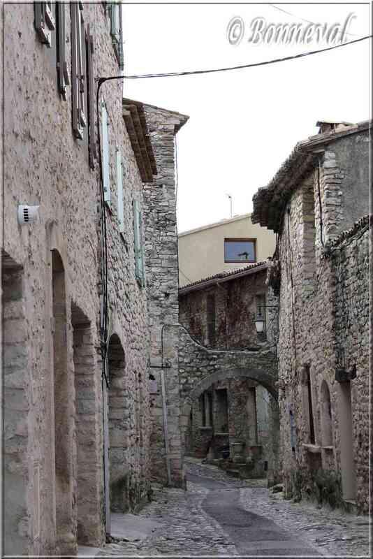 Vaison-la-Romaine Vaucluse ruelle avec arche