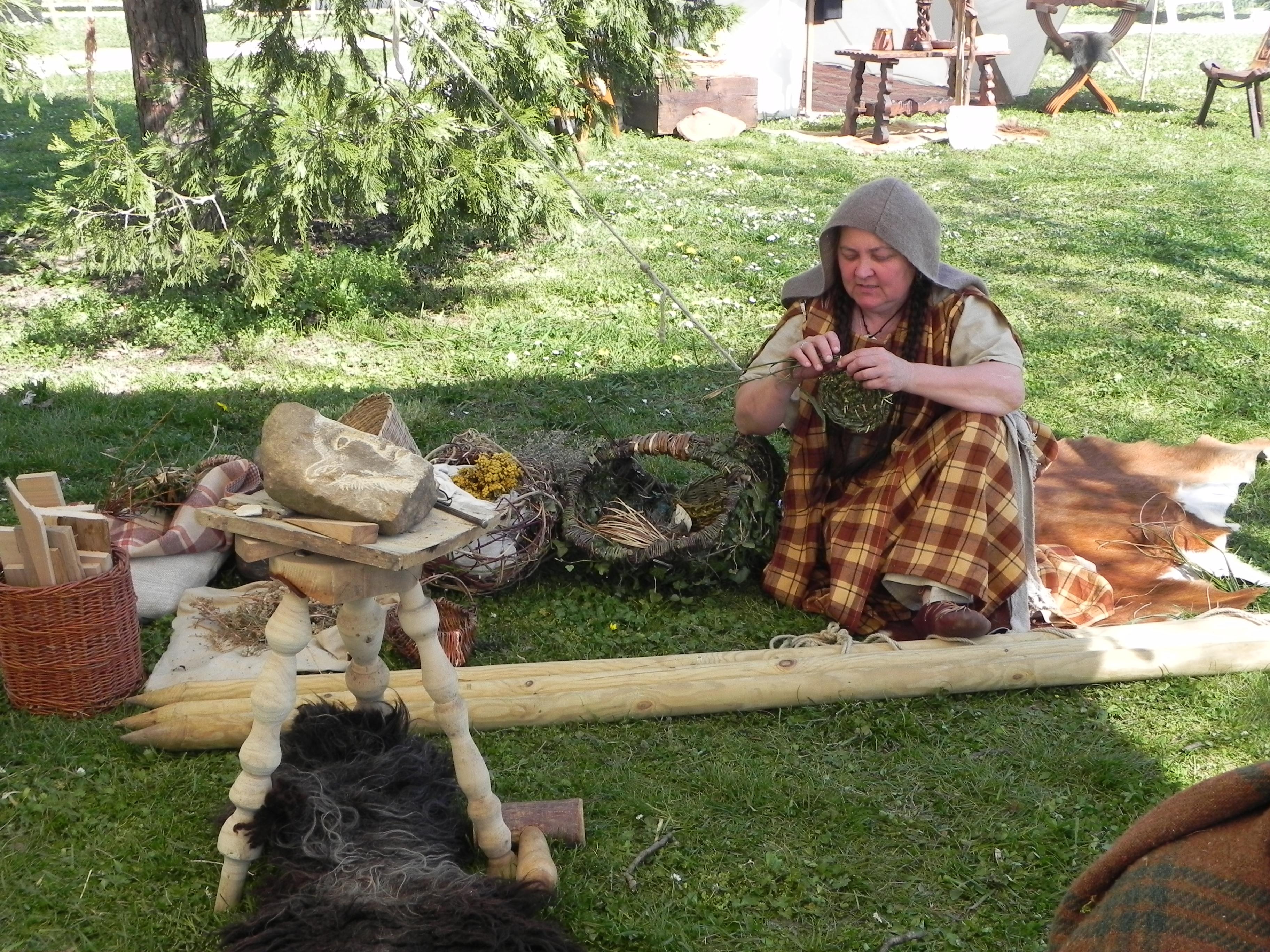 Luerna fabrique des paniers en osier
