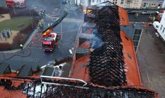 Vue aérienne du bâtiment enflammé à Bautzen