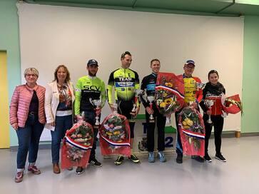 Les vainqueurs au podium avec les officiels